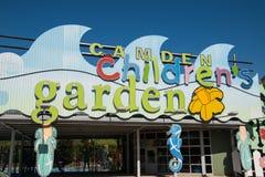 Entrada ao jardim do ` s de Camden Children fotos de stock