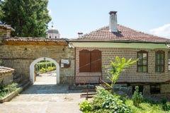 Entrada ao monastério de São Nicolau em Veliko Tarnovo foto de stock royalty free