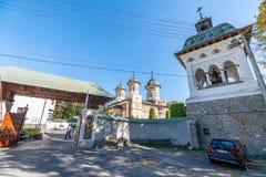 Entrada ao monastério de Sinai, Romênia foto de stock