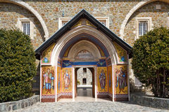 A entrada ao monastério santamente de Kykkos em montanhas de Troodos, Chipre Imagem de Stock Royalty Free