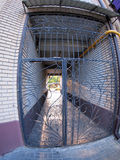 A entrada ao prédio de apartamentos imagens de stock