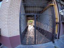 A entrada ao prédio de apartamentos fotos de stock royalty free