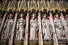 Entrada ao Quire na igreja de York, Reino Unido, caracterizando o statu de pedra Imagens de Stock
