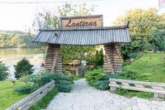 Entrada ao restaurante nas costas de Moravia ocidental na Sérvia Imagens de Stock