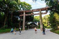 A entrada ao santuário de Meiji Jingu fotografia de stock
