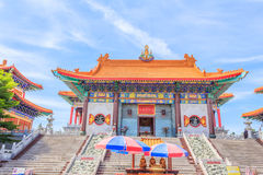 Entrada ao templo tradicional do estilo chinês em Wat Leng Noei Yi Nonthaburi, Tailândia Imagem de Stock Royalty Free