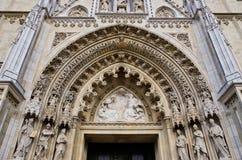 Entrada arqueada de la catedral gótica de Zagreb, Croacia fotos de archivo