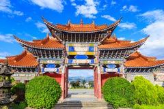 Entrada arqueada del templo chino debajo del cielo azul y de la nube blanca Imágenes de archivo libres de regalías
