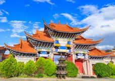 Entrada arqueada del templo chino debajo del cielo azul y del clou blanco Fotografía de archivo libre de regalías