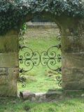 Entrada arqueada en pared de ladrillo vieja Fotografía de archivo