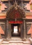 Entrada arqueada y decorativa para dirigirse en Katmandu fotografía de archivo libre de regalías
