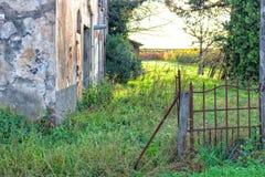 Entrada arruinada da casa da quinta italiana velha imagem de stock royalty free