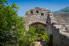Entrada arruinada a la fortaleza medieval de Sutomore Fotos de archivo libres de regalías