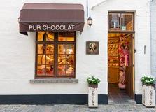Entrada belga tradicional de la tienda del chocolate en Bélgica imagenes de archivo