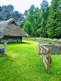 Entrada bonita à vila, às casas e à grama verde imagem de stock