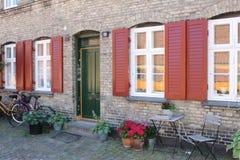 Entrada bonita da construção nas ruas de Copenhaga imagens de stock royalty free