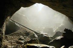Entrada brumosa de la cueva, Rumania Imagenes de archivo