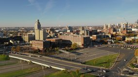 Entrada céntrica del puente de peaje del horizonte de la ciudad de Camden New Jersey de la visión aérea almacen de metraje de vídeo