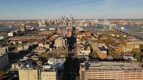 Entrada céntrica del puente de peaje del horizonte de la ciudad de Camden New Jersey de la visión aérea almacen de video