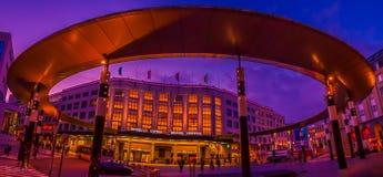 Entrada central de la estación de Bruselas en la noche imagenes de archivo