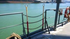 Entrada cerrada de cadena a la cubierta de la nave imagen de archivo