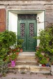 Entrada clásica y elegante de la casa con las flores en la isla de Tenedos Bozcaada por el Mar Egeo imagen de archivo