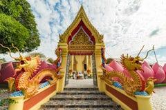 Entrada colorida del templo budista con los dragones, la flor de loto y fotografía de archivo