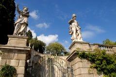 A entrada com as estátuas do trajeto isso conduz à torre de Frederick II em Monselice através dos montes no Vêneto (Itália) Foto de Stock