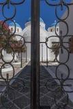 Entrada con la puerta cerrada de la iglesia de Perissa Santorini g Fotografía de archivo libre de regalías