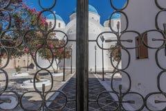 Entrada con la puerta cerrada de la iglesia de Perissa Santorini g Imágenes de archivo libres de regalías