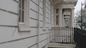 Entrada con las columnas La fachada de casas metrajes