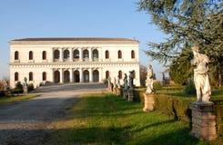 Entrada con las estatuas y la fachada histórica del chalet Sartori que está en el país de Candiana en la provincia de Padua en Ve Fotografía de archivo