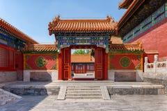 Entrada con las puertas chinas rojas Fotografía de archivo
