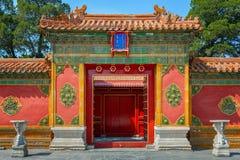 Entrada con las puertas chinas rojas Imagenes de archivo