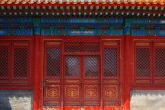 Entrada con las puertas chinas rojas Foto de archivo