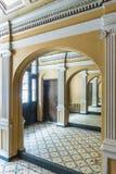 Entrada con los espejos KGB que construyen Riga imágenes de archivo libres de regalías