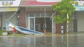 Entrada constructiva inundada barridos del hombre como resultado del huracán