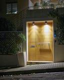 Entrada contemporánea de la casa, Atenas Grecia foto de archivo