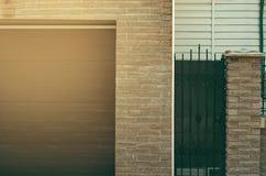 A entrada da casa à garagem imagem de stock