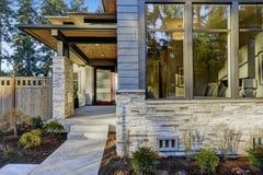 Entrada da casa luxuoso da construção nova em Bellevue, WA Fotos de Stock Royalty Free