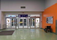 Entrada da chegada do aeroporto de Whitehorse fotos de stock royalty free