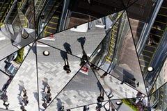 A entrada da construção de plaza, plaza Omohara de Tokyu é um armazém do parque temático da forma para a forma a mais na moda sit fotos de stock royalty free