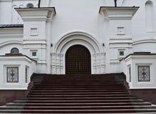 Entrada da construção histórica com etapas imagens de stock
