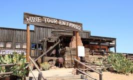 Entrada da excursão da mina na cidade fantasma da jazida de ouro Foto de Stock Royalty Free