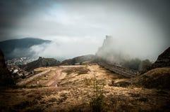 Entrada da fortaleza de Belogradchik e as rochas na névoa Fotografia de Stock Royalty Free