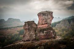 Entrada da fortaleza de Belogradchik e as rochas na névoa Fotografia de Stock