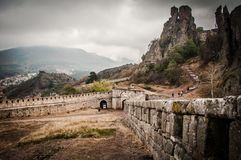 Entrada da fortaleza de Belogradchik e as rochas na névoa Fotos de Stock Royalty Free