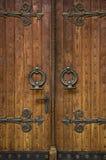 Entrada da igreja com portas de madeira Fotos de Stock