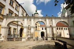 Entrada da jarda à catedral de Freising, Baviera, Alemanha fotos de stock