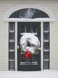 Entrada da porta com grinalda Fotografia de Stock Royalty Free